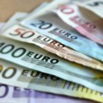 Banknoten demonstrieren kundenindividuelle Preise