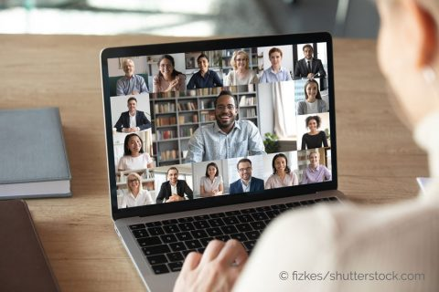 Digitale B2B-Konferenz 2021 via Online Chat am Notebook